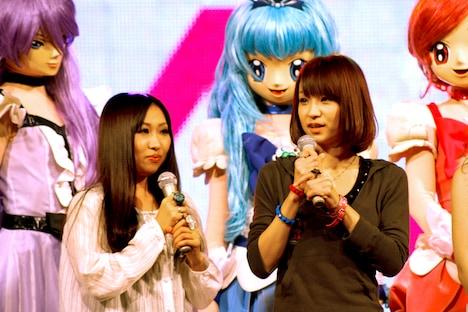 Girls Dead Monsterのmarina(写真前列左)とLiSA(前列右)。後ろは左からキュアムーンライト、キュアマリン、キュアブロッサム。