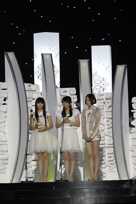 Best Asia POP Artist賞のトロフィーを受け取り感無量のPerfume。