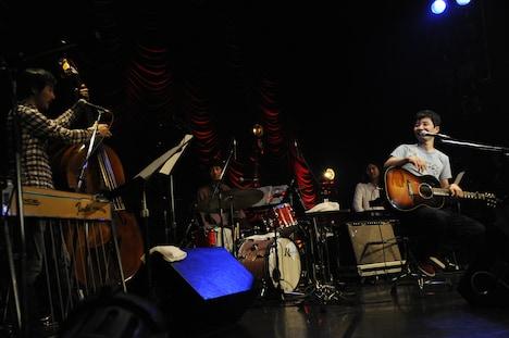 個性派バンドとともにリラックスした雰囲気のライブを披露した星野源。
