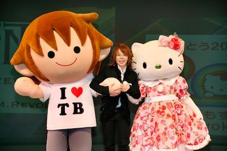 写真左からタボくん、西川貴教、ハローキティ。タボくんは10月に開催された「ゆるキャラグランプリ2010」携帯投票部門で1位を獲得している。