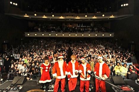 サンタ服姿で満員のファンと記念撮影をするBIGMAMA。