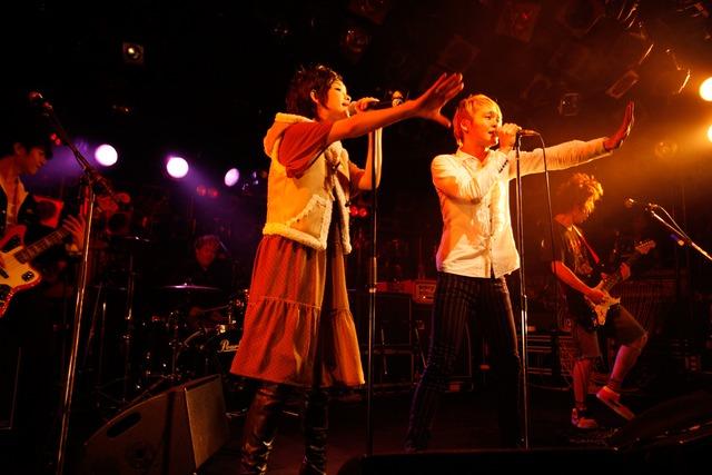 「愛が止まらない-Turn It Into Love-」を歌う鴇崎智史(写真右)と鈴木早智子(写真左)。