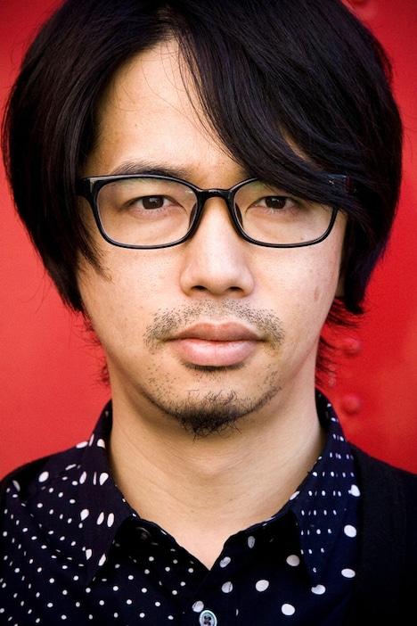 コラボモデルを着用した後藤正文。メガネは、シンプルかつスタイリッシュなデザインに仕上がっている。