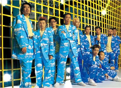 野猿のアーティスト写真。写真左から石橋貴明、神波憲人、平山晃哉、木梨憲武、大原隆、飯塚生臣、星野教昭、半田一道、成井一浩、(しゃがんでいる2名左から)網野高久、高久誠司。