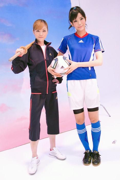 「やっぱ青春」ビデオクリップ撮影より。写真左から吉澤ひとみ、北原沙弥香。