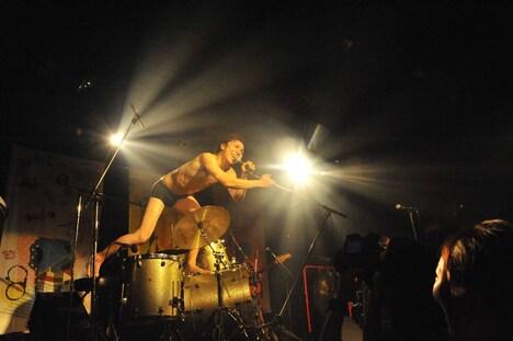ゲイリー・ビッチェはMCで「俺だったらこんなバンドにドリンク代込みで3500円も払わない。来てくれてありがとう!」と自虐的な言葉でファンに感謝を伝えた。