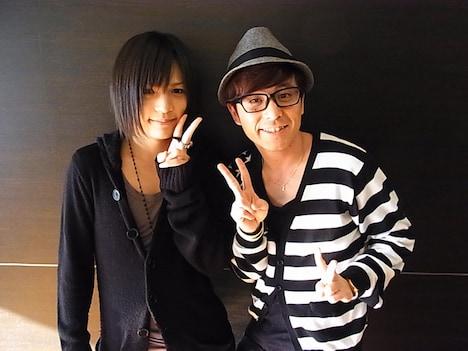 仲良く記念撮影するピコと藤森慎吾。