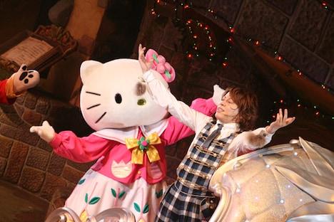 ショーのラストシーン、キティを取り戻した喜びを全身で表現するTAKANORI。