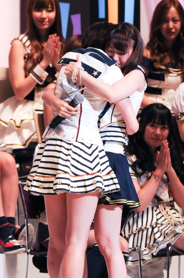 互いの健闘をたたえあった後で抱擁しあう1位の前田敦子(写真左)と2位の大島優子(写真右)。