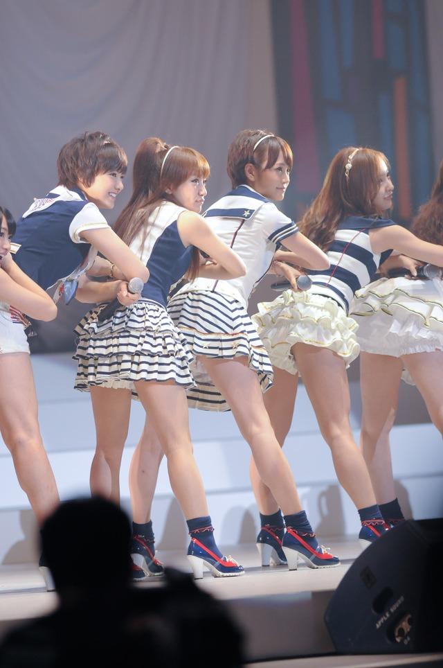 AKB48による「Everyday、カチューシャ」パフォーマンスの様子。