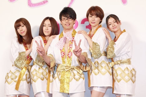 ハッピ姿の「モテキ」キャスト陣。左から仲里依紗、麻生久美子、森山未來、長澤まさみ、真木よう子。