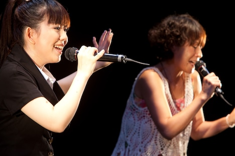 土岐と牧野はそれぞれEPOとの共演を果たしているが、3人が同じステージに立つのは今回が初(写真は今年6月に行われた牧野由依のシングル「お願いジュンブライト」発売記念イベントの様子)。