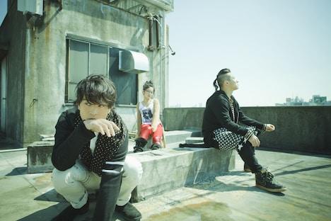 メンバーのSATOKO(Dr, Vo / 写真中央)は「ナタリーは毎日チェックしてますから!(笑)」とコメントしている。