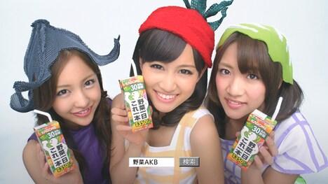 AKB48野菜シスターズ。写真左から板野友美(なす)、前田敦子(トマト)、高橋みなみ(キャベツ)。