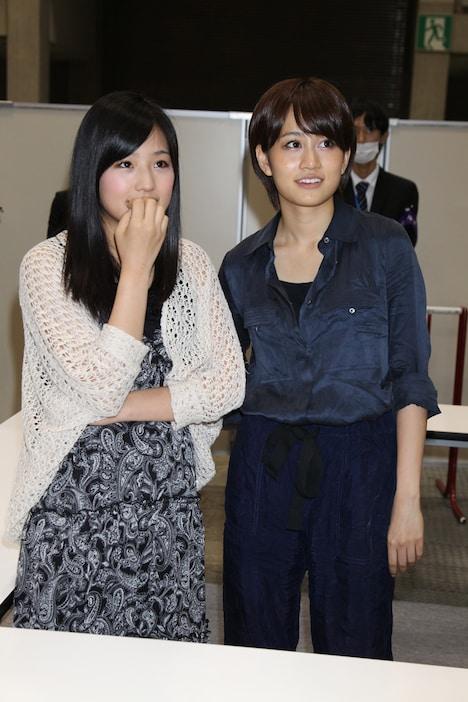 突然の発表に驚いた表情を見せる仲川遥香(写真左)と前田敦子(右)。