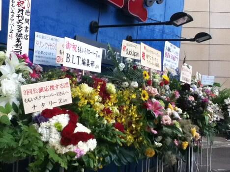 メディア各社から届けられた花束。