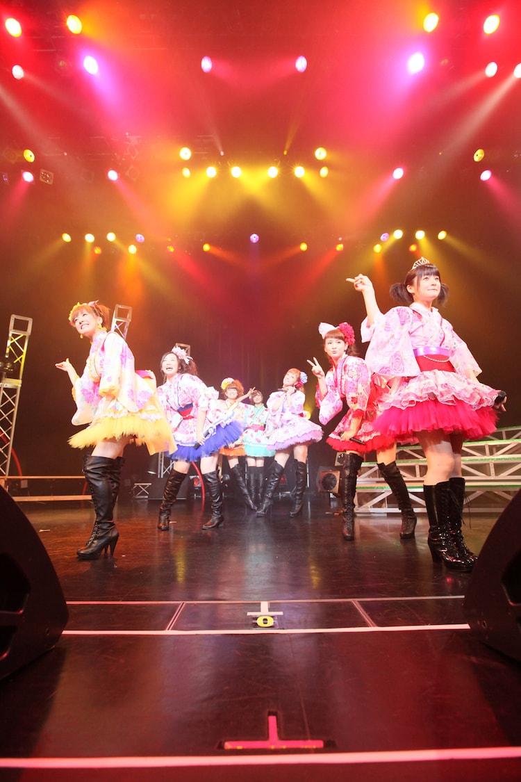 浴衣をアレンジしたミニスカート衣装で横浜BLITZに登場したBerryz工房。