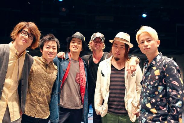 ROCK'A'TRENCHとダニエル・パウター。(Photo by YOSHIHARU OTA)