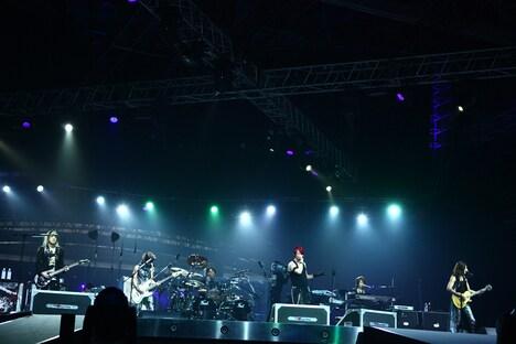 ステージが回転するたびにファンからは大歓声が沸き起こった。