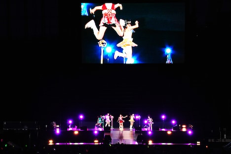 写真は8月6日の「神宮外苑花火大会」より。巨大スクリーンに浮かぶ百田夏菜子のえびぞりジャンプ。
