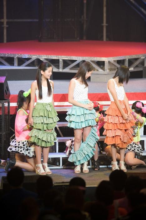 スマイレージ現メンバーにスカートを切られる田村芽実(写真左)、中西香菜(中央)、小数賀芙由香(右)。