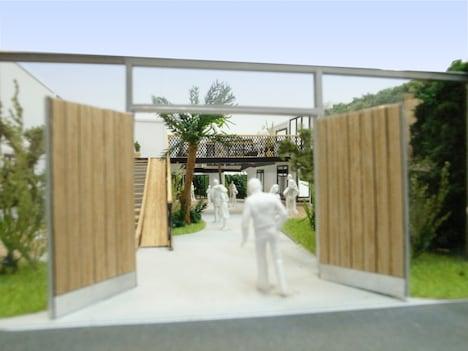「代々木VILLAGE by kurkku」エントランスをイメージした模型。白木のドアがつけられ、周辺とは別空間を演出する。
