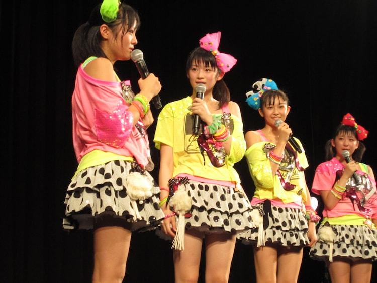 最後のMCでは涙を流しながらスマイレージでの思い出を語った小川紗季(写真左)。