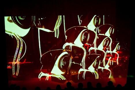写真はamazarashiのライブの模様。