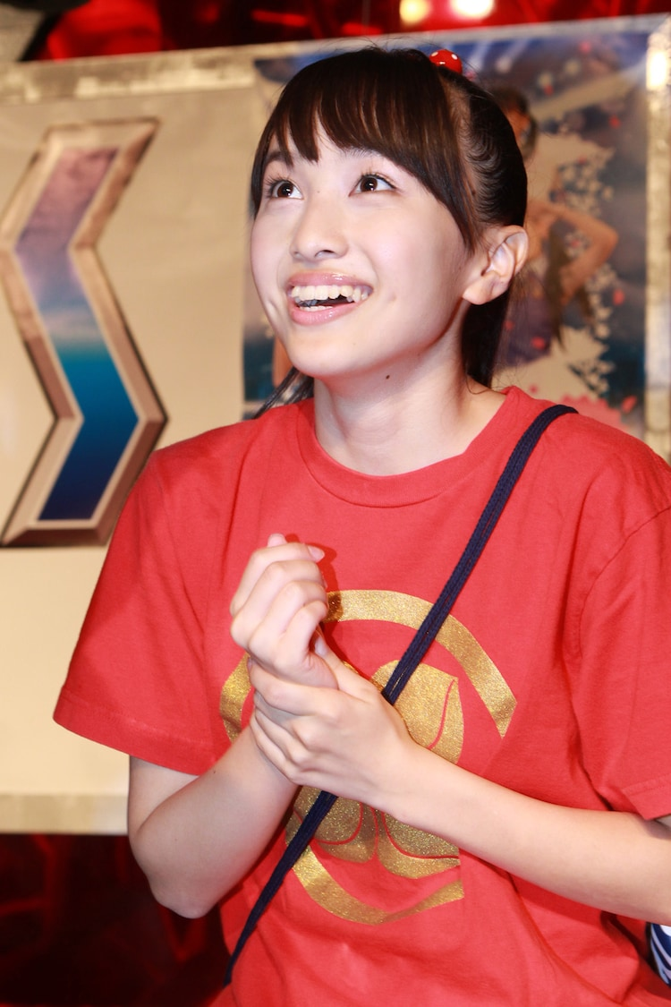 笑顔で接客する「はるえ商店」の看板娘、百田夏菜子。