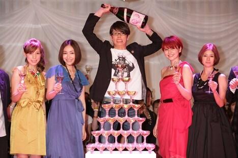 シャンパンタワーを囲んでの記念撮影。写真左から仲里依紗、麻生久美子、森山未來、長澤まさみ、真木よう子。