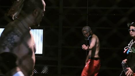 「BUMP」ビデオクリップのワンシーン。左から葛西純、ロベルト吉野、サイプレス上野。