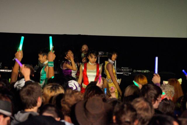 今回のステージ衣装はシングル「Z伝説 ~終わりなき革命~」のビデオクリップで着用している戦隊ヒーロー風コスチューム。(c) 文化庁メディア芸術祭事務局