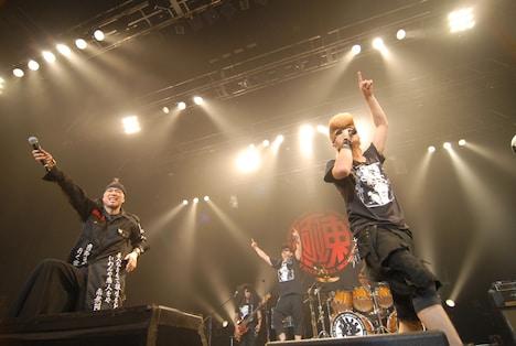 セッション時のMCでは、氣志團のライブを観た大槻ケンヂ(写真左)は綾小路翔(右)に向けて「すごく勉強になった。次のライブで真似するかも」と語る一幕も。