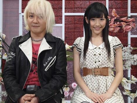MC兼オープニングアクトを務める渡辺麻友(写真右)と浅倉大介(左)。