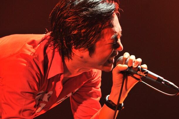 増子がMCで「暑いなー! 誰だ、こんなふうにしないと歌えない曲作ったのは!」と逆ギレする一幕も。