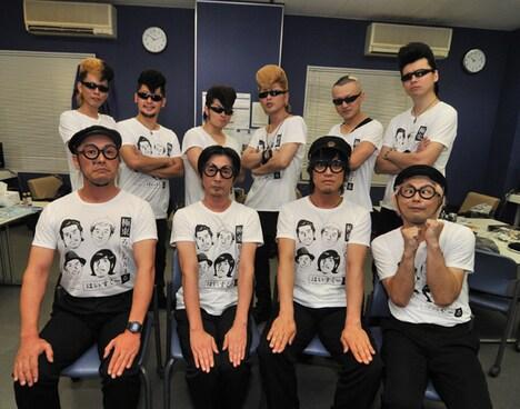終演後の記念撮影。全員が着用しているのはマンガ家・土田世紀の描き下ろしイラストがプリントされた、この日限定のグッズTシャツ。