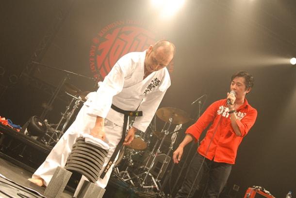 瓦割りに挑む坂詰克彦(写真左)。増子直純(写真右)は「ドラマーだから手はやばい!」と止め、頭突きでの瓦割りとなった。