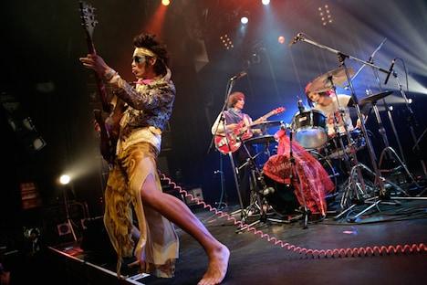 30分の持ち時間に対して4曲を披露したN'夙川BOYS。マーヤLOVE(写真中央)は「ほかのバンドはなぜ7曲とかできるのかわからない!(笑)」と笑わせた。(撮影:埼玉泰史)