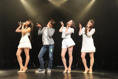 「4人あわせてPerfumeです!」のポーズを決めるかしゆか、森山未來=藤本幸世、のっち、あ~ちゃんの4人(写真左より)。(撮影:SHO kikuchi)