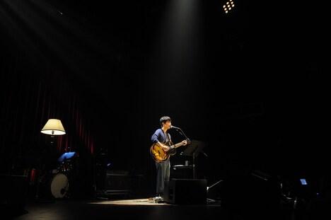 ライブ中盤の弾き語りコーナーの様子。広いステージにひとりで立ち歌う星野源。