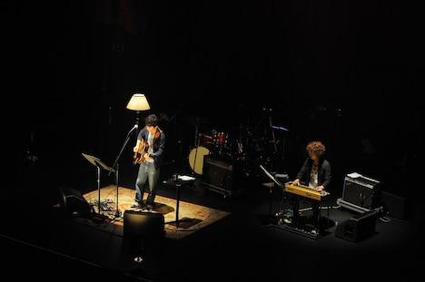 """バンドメンバーを追い出し、高田漣と""""しっぽり""""したセッションを繰り広げる星野源。"""