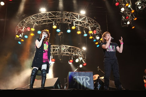 写真左からT.M.Revolution、MICRO(HOME MADE 家族)。