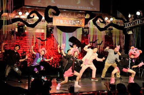 観客も一体となって盛り上がった「Chai Maxx」プロレスLOVEのポーズ(写真:釘野孝宏)。