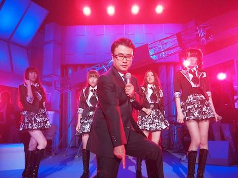 「Beginner」をパフォーマンスする三谷幸喜とAKB48メンバー。