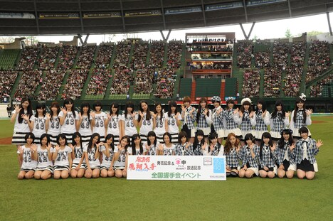 AKB48(写真右側)とのフォトセッションに臨むHKT48(左側)。