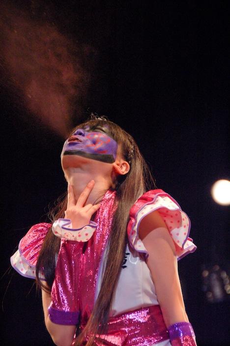 紫色の毒霧を噴射するグレート・レニ。