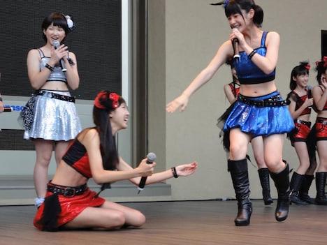 嗣永桃子(写真右)から「桃アタック」を受け転ぶ飯窪春菜(モーニング娘。 / 左)。