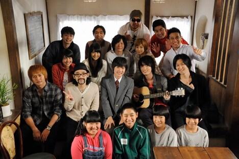 「11人もいる!」のキャストに囲まれ、すっかり真田家の一員状態のNICO Touches the Wallsの4人。