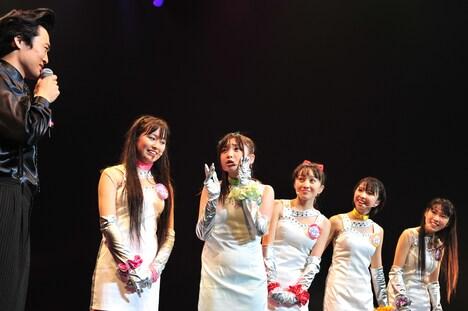 「@川島プロダクション」の社長・川島(写真左端)と話すUFI。キャバ嬢兼アイドルのゴリナ(右端)は川島の恋人ながら、この日が初対面だった。