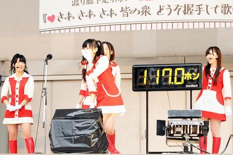 大声コンテストでは、まず渡辺麻友(写真中央)が見本を披露。「晴れろ!」と叫び、117ホンを記録した。